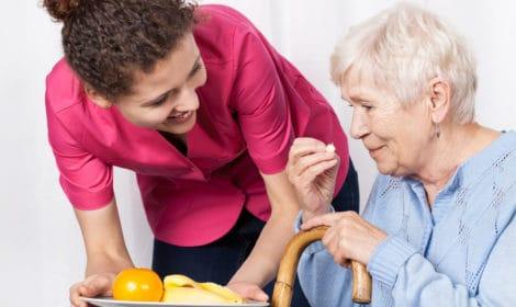 seniorengesellschafter und Haushaltshilfe im Alter unterstützen Zuhause